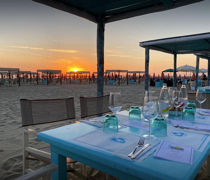 ristorante bagno florida beach viareggio servizio in spiaggia cena tramonto sulla sabbia sul mare pesce